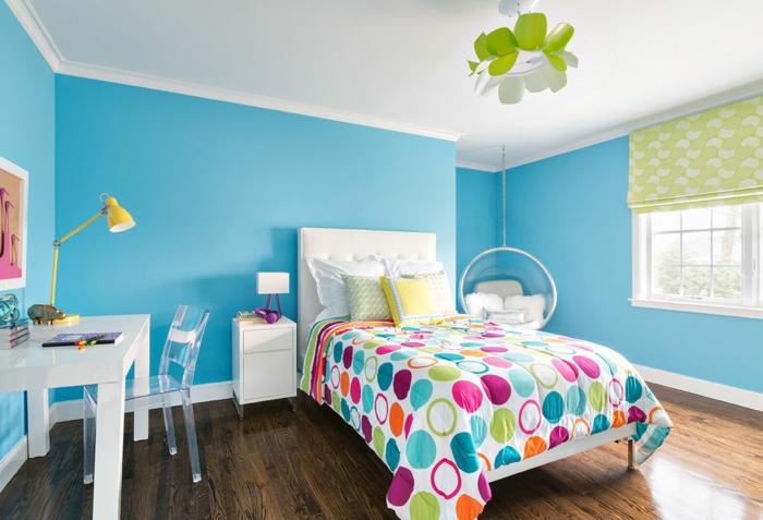 murs en bleu pastel, déco chambre fille ado, plafond blanc, luminaire design en vert pomme, couverture de lit avec des grands ronds fuchsia, bleu et orange, peinture chambre fille tonalités actuelles