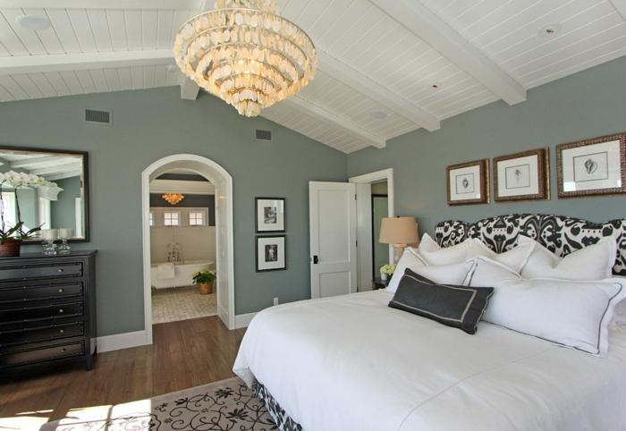 comment aménager une chambre blanche et grise, plafonnier oriental, tete de lit design floral, plafond en lattes blanches