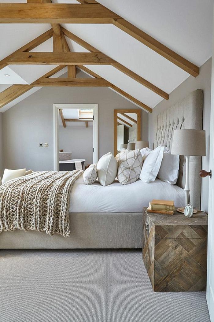 chambre déco blanche et grise, poutres apparentes, chevet en bois, murs gris