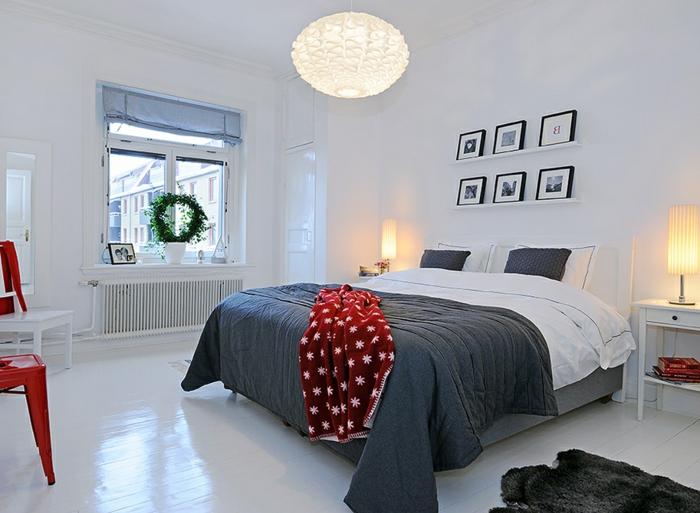 comment décorer la chambre blanche et grise, lit en gris et blanc, tablette murale avec cadres, sol blanc et lampes cylindres