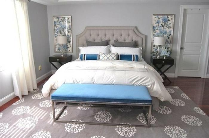 aménagement de chambre à coucher en gris et blanc, chevets noirs, tapis gris aux motifs blancs