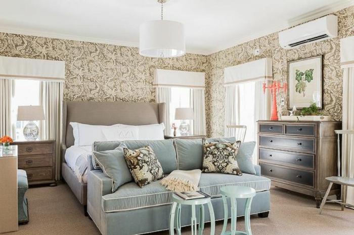 chambre féminine en gris blanc et beige, tabourets blancs ronds, commode de rangement en bois, papier peint vintage