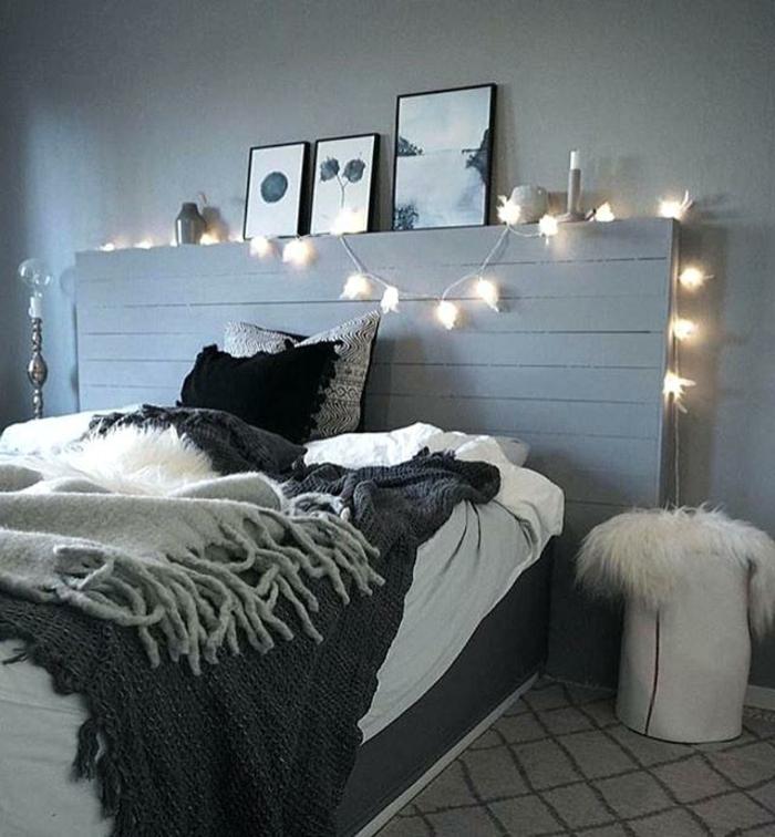 tête de lit diy, guirlande lumineuse, cadres et plaids gris, petites fourrures blanches