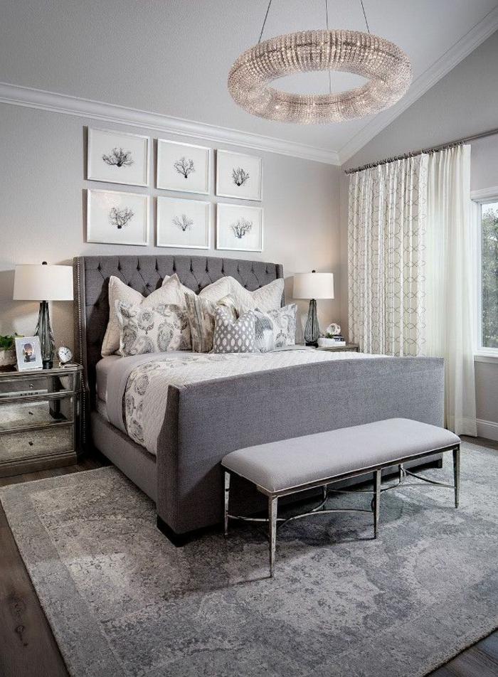 chambre à coucher adulte moderne, banquette de lit grise, plafonnier original, cadres décoratifs, tapis gris