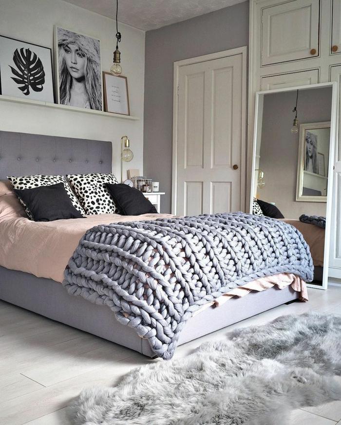 décor féminin, plaid tricoté gris, linge de lit rose, étagère porte-cadres, porte peinte blanche
