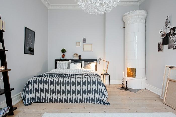 deco chambre blanche, une chambre scandinave, poêle blanc, sol en planches de bois, échelle rustique décorative