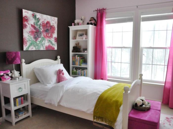 peinture murale marron pour chambre de fille avec lit en bois et rideaux roses