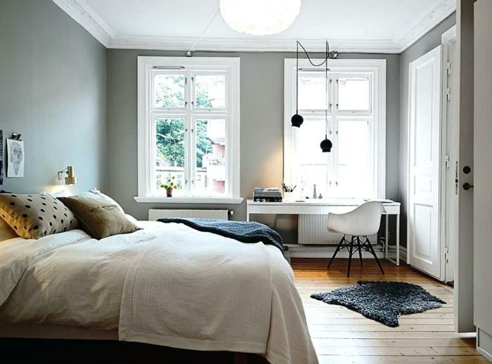 bureau et chaise blancs dans une chambre au décor scandinave, plafond blanc, murs gris