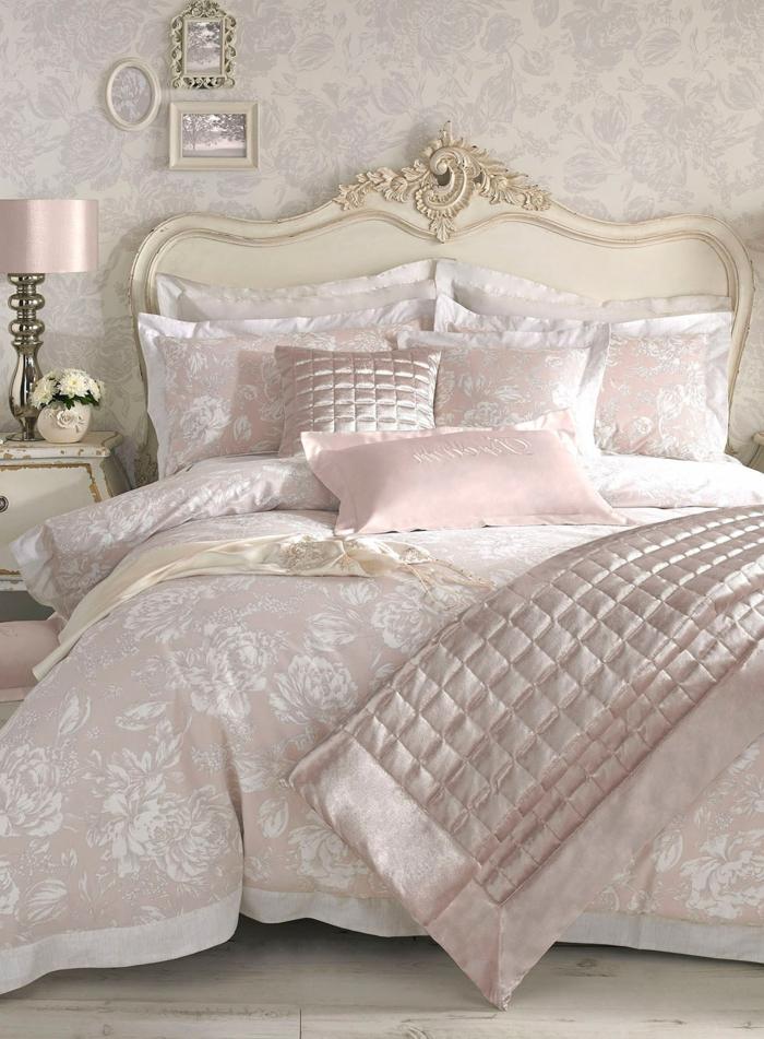 papier peint gris, tête de lit blanche forme courbée avec ornements, jeté de lit gris perlé