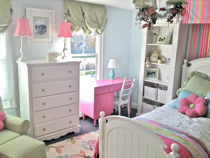 comment décorer sa chambre, chambre fille ado, rideaux en vert réséda, grand fauteuil en vert réséda en style vintage, deux luminaires de chevet avec des abat-jours rose bonbon, tapis couleur ivoire avec des motifs fleuris