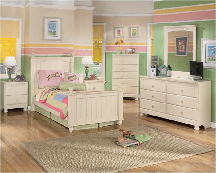 déco chambre ado fille, comment décorer sa chambre en couleurs pastels, vert, rose et jaune, trois tableaux en tonalités pastels, tapis rectangulaire beige, meubles en couleur ivoire et en style vintage