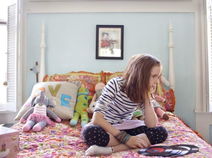 déco chambre fille ado, murs en bleu pastel, tableau taille moyenne au cadre noir au-dessus du lit, couverture de lit en style patchwork