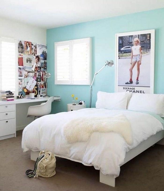 peinture murale bleu turquoise clair et lit blanc pour chambre fille