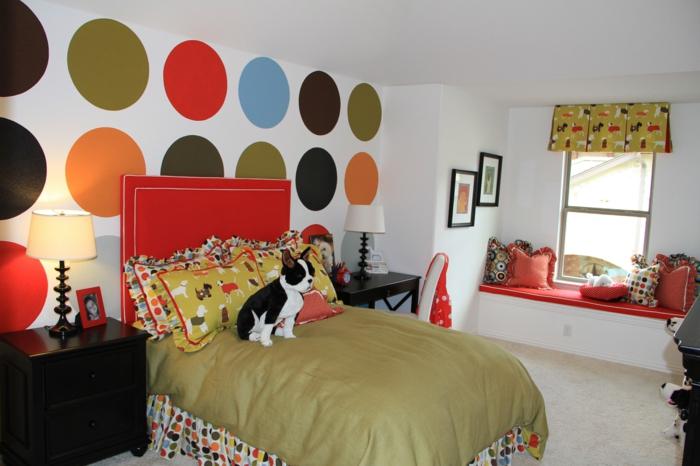 déco chambre fille ado, mur blanc avec des grands pois rouges, oranges, verts, bleus et noirs, deco de chambre fille ado, couverture de lit en couleur olive, tete de lit rouge et blanc