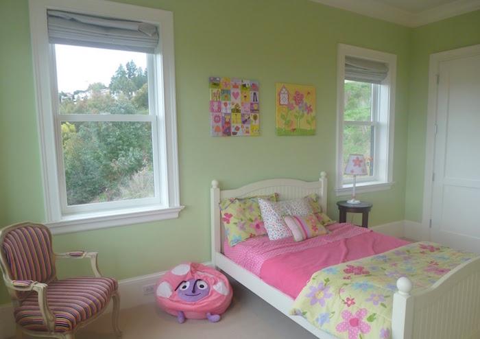 deco peinture chambre vert clair pistache et draps roses pour petite fille