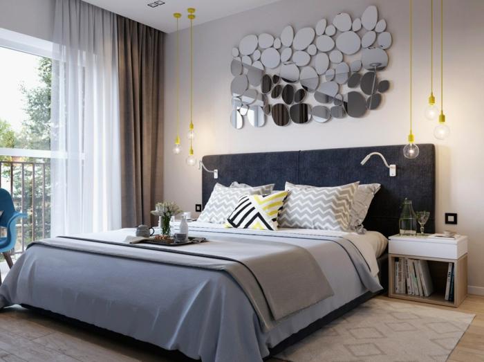 chambre à coucher monochrome, plusieurs miroirs décoratifs, ampoules pendantes