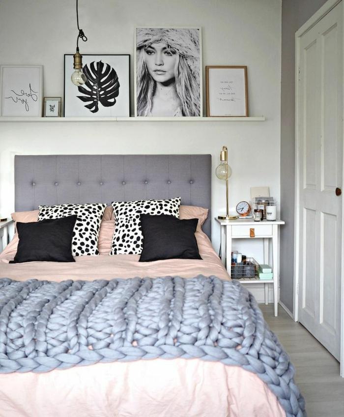 une chambre en gris et rose pastel, étagère porte-cadre, portrait de femme, petit chevet blanc