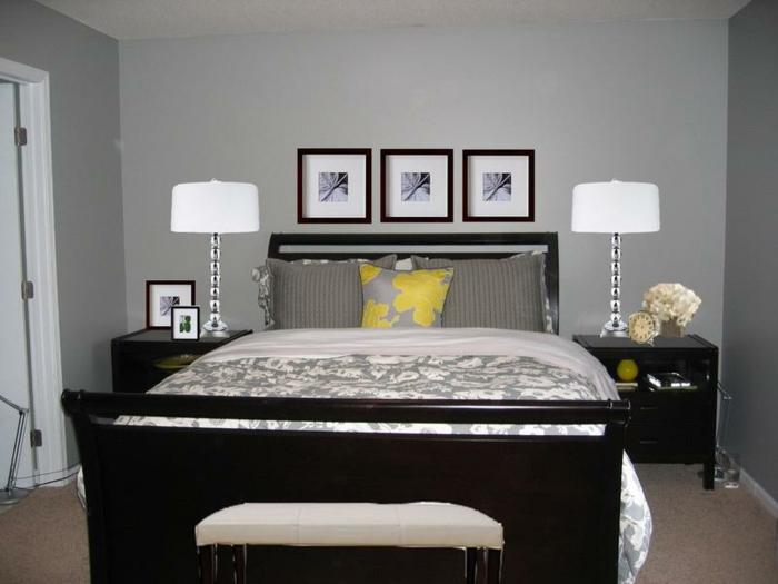 deco chambre moderne, banquette de lit blanche, lit avec parure florale et monochrome, lampes de chevet blanches