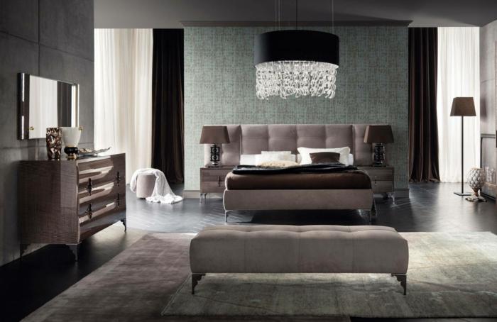 miroir mural rectangulaire, plafonnier pampilles, commode coiffeuse antique, tapis gris clair
