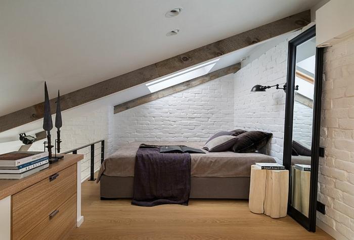 chambre adulte deco loft scandinave, murs en briques blanches, poutres apparentes, grand miroir