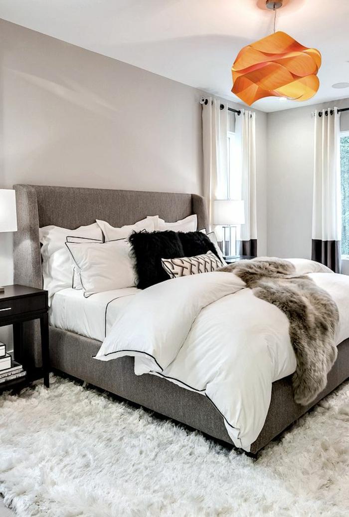 deco chambre moderne, lit gris, plafonnier origami orange, tapis blanc moelleux, peinture murale gris clair