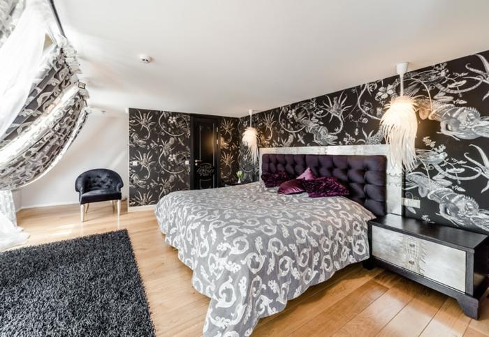 sol en bois laqué, tapis noir, papier peint noir et blanc, chambre blanche et grise moderne