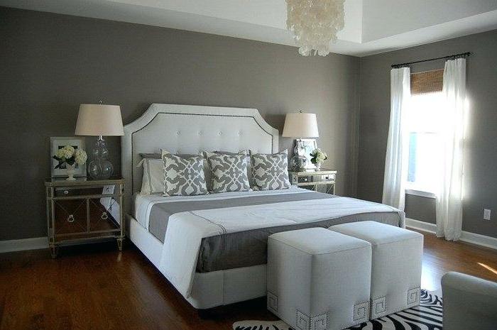 décoration chambre adulte moderne, grand lit en gris et blanc, tabourets cubes, tapis zèbre