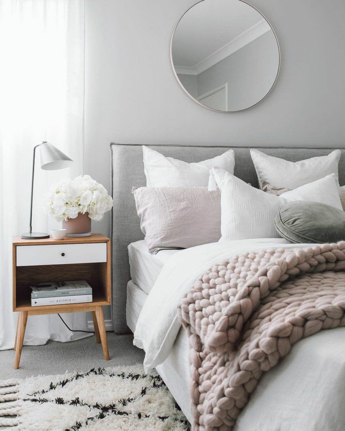 décorer la chambre blanche et grise en style scandinave, miroir rond, chevet en bois, tete de lit grise
