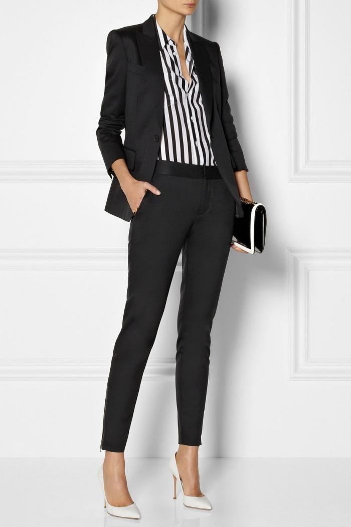 modèle de tailleur femme chic à design slim de couleur noir à combiner avec chemise rayée en blanc et noir