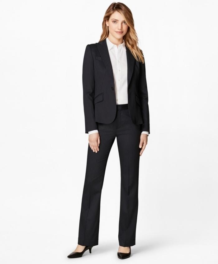 look professionnel classique en tailleur femme blanc noir combiné avec chemise blanche et chaussures à talons petits