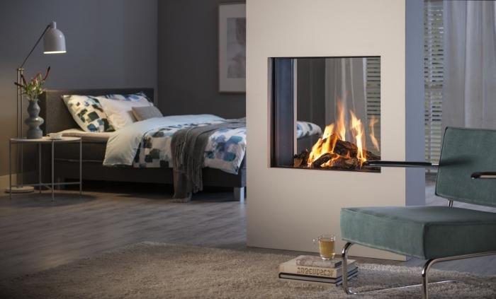 peinture gris anthracite dans la chambre à coucher adulte aménagée avec un grand lit et une cheminée moderne blanche