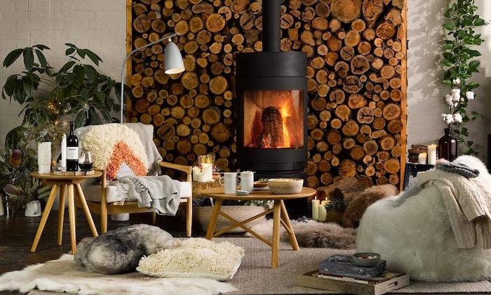 Mur en bois salle à manger idée déco salon moderne salle à manger bien amenagee cheminée coin lecture sur le sol