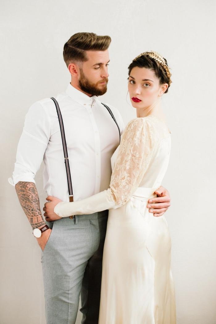 une tenue de marié décontracté avec bretelles et sans veste, pour un mariage bohème chic en costume chemise blanche à gorge cachée avec bretelle costume et pantalon gris clair