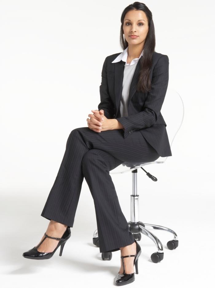 exemple de tenue entretien d embauche femme élégante en tailleur noir et chemise blanche combinés avec coiffure soignée aux cheveux mi-attachés