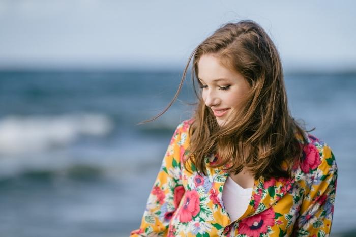 coupe de cheveux mi longs de base châtain clair aux reflets soleil, comment bien s'habiller avec chemise colorée
