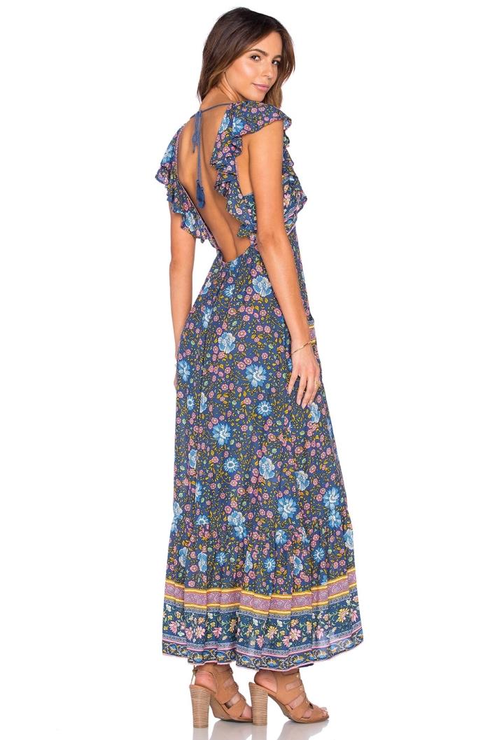 vision femme de plage moderne avec robe longue à manches courtes et design florale portée avec sandales à talons beige