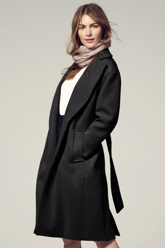 idées comment s'habiller pour interview en hiver, modèle de jupe noire à taille haute combinée avec top blanc et manteau noir