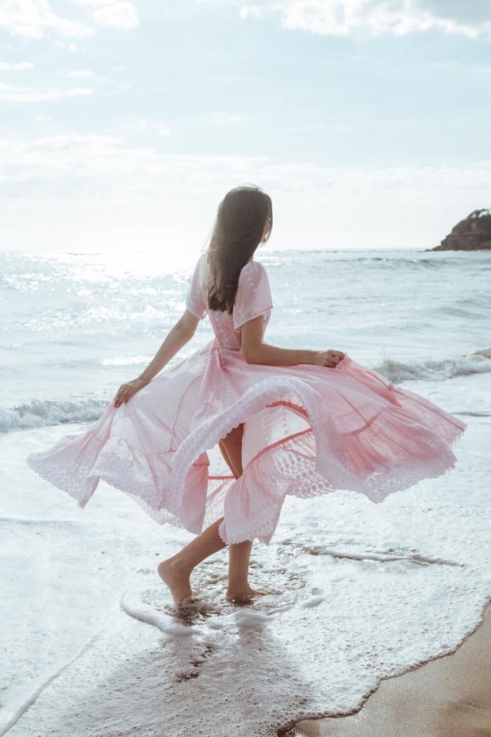 exemple de robe princesse de plage longue avec manches courtes à design fluide et de couleur rose pastel
