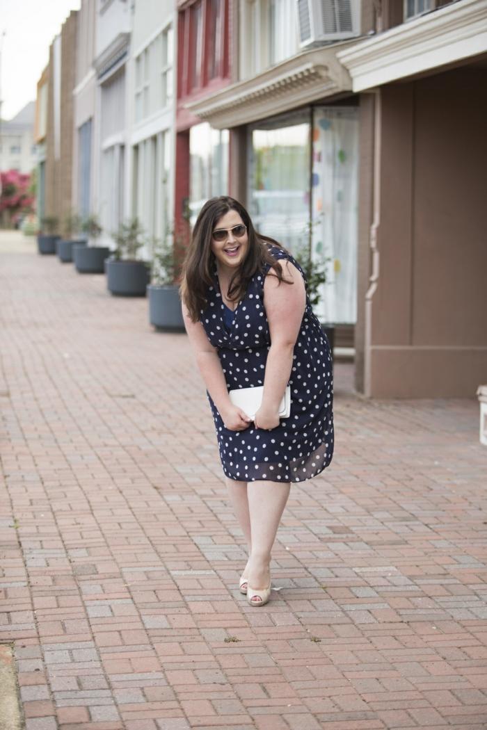 la robe pour femme ronde en toutes ses variantes, pochette blanche, sandales blanches, robe pointillée bleue