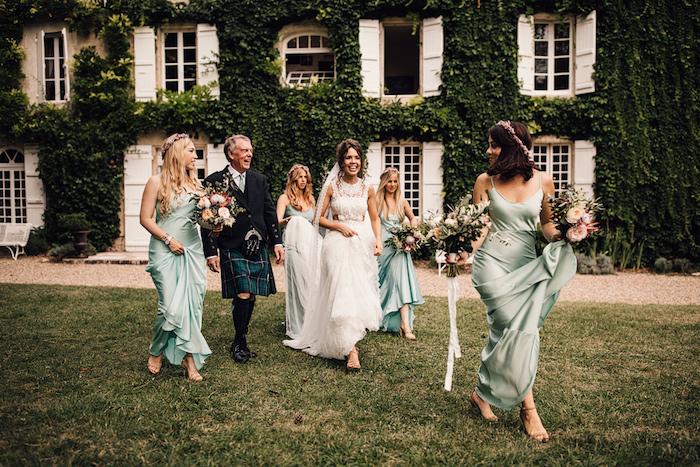 Être une femme bien habillée pour toute occasion spéciale comme le mariage ceremonie photo la mariee et les demoiselles d honneur