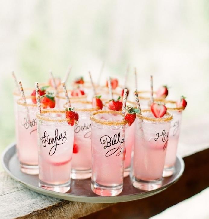cocktail exotique dans des verres personnalisés décorés d une fraise et paille, porte nom mariage
