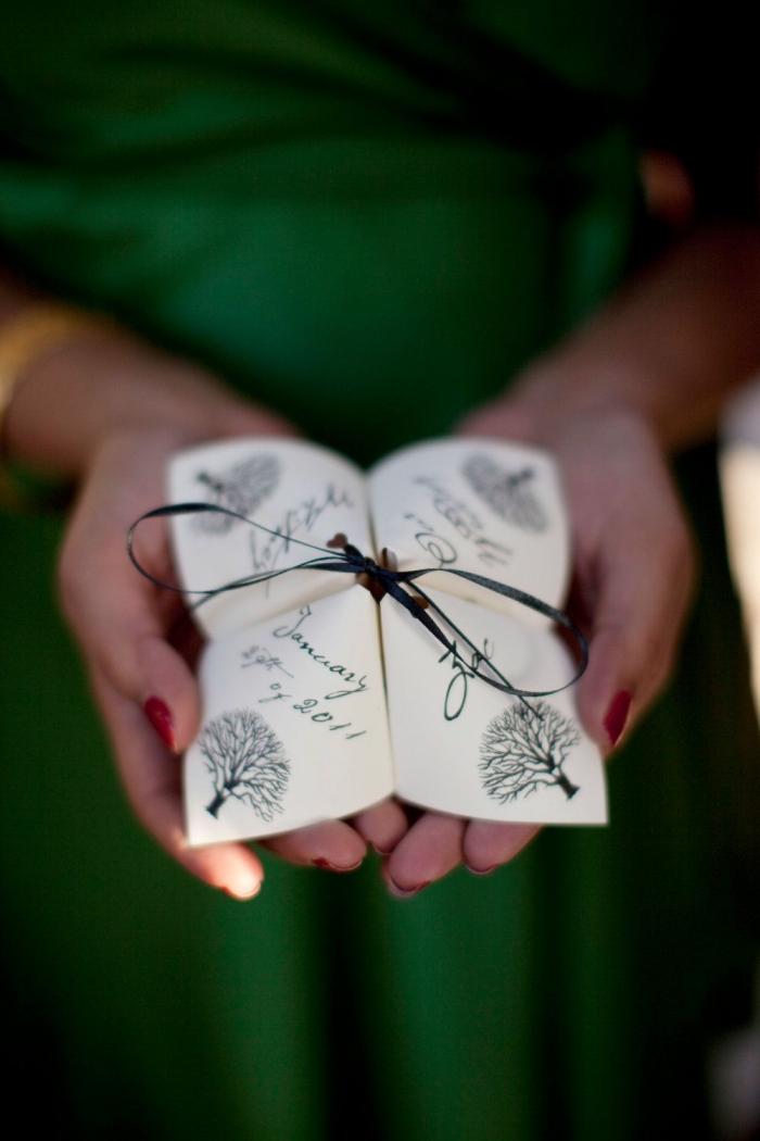 une cocotte origami chic et élégant à motif arbre à utiliser comme faire-part de mariage original,