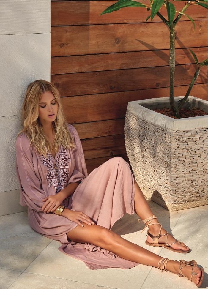 idée comment assortir une robe longue été en rose poudré avec accessoires de style boho chic sandales et bracelet beige et or