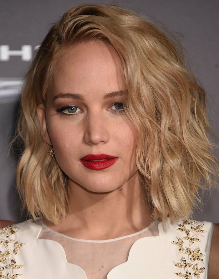 coiffure carré plongeant frisé, rouge à lèvres écarlate, Jennifer Lawrence avec une coiffure ondulante