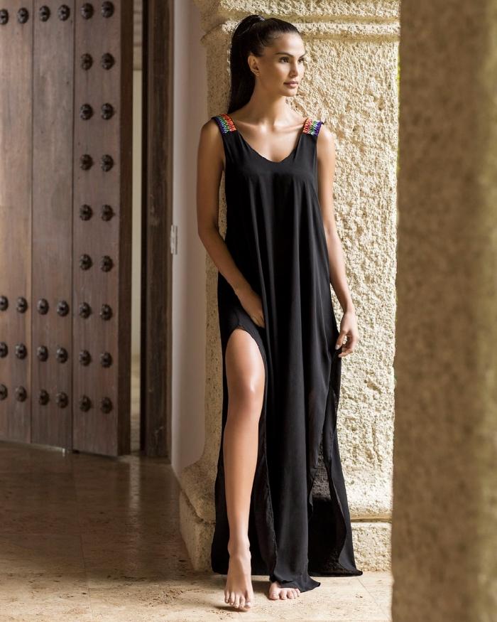 modèle de robe longue droite à design fluide noir avec bretelles multicolore, quelle coiffure pour une robe avec bretelles