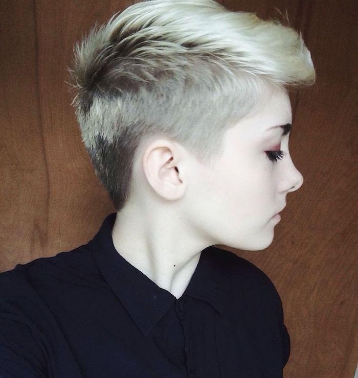modèle coupe courte femme cheveux blond platine style garconne avec dégradé sur les cotés