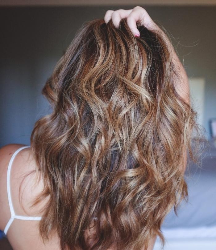 coupe de cheveux en couches et coiffure en boucles, couleur de cheveux de base marron avec mèches caramel