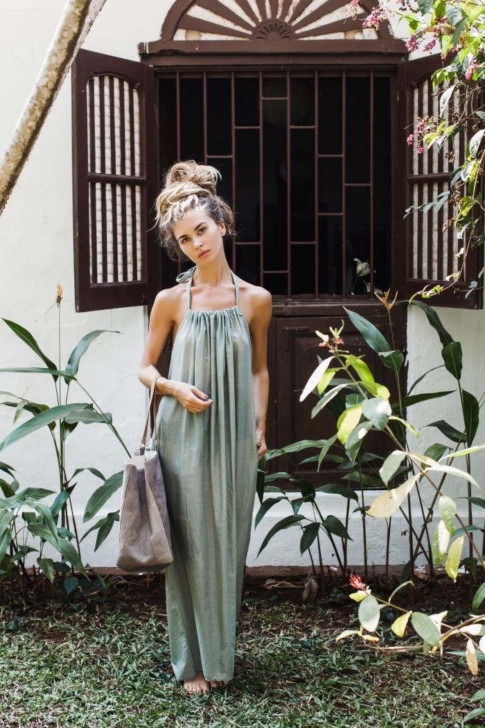 comment porter une robe femme ete de couleur vert pastel avec une coiffure décontractée aux cheveux attachés