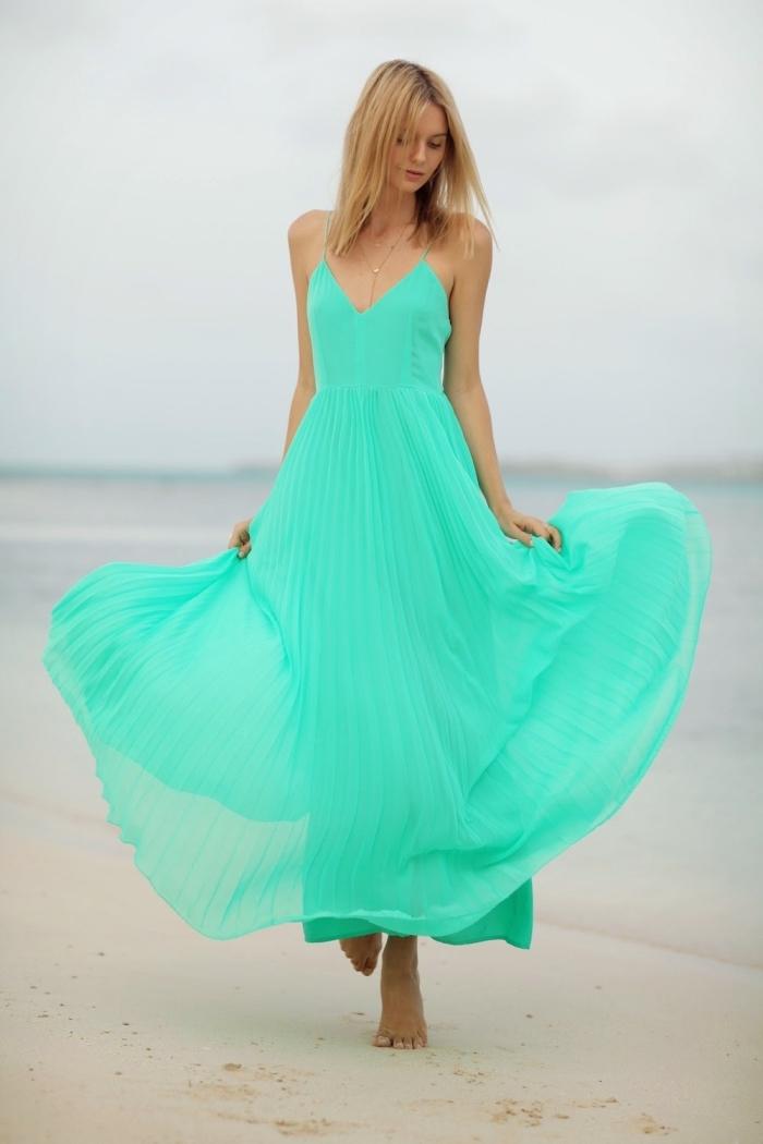 idée mode femme sur plage avec une robe longue fluide à décolleté en V de couleur vert éclatant avec collier en or