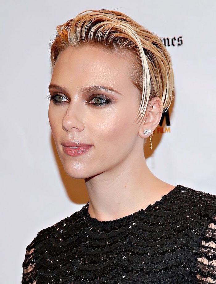 scarlett johansson avec modele coupe femme courte blonde mi long